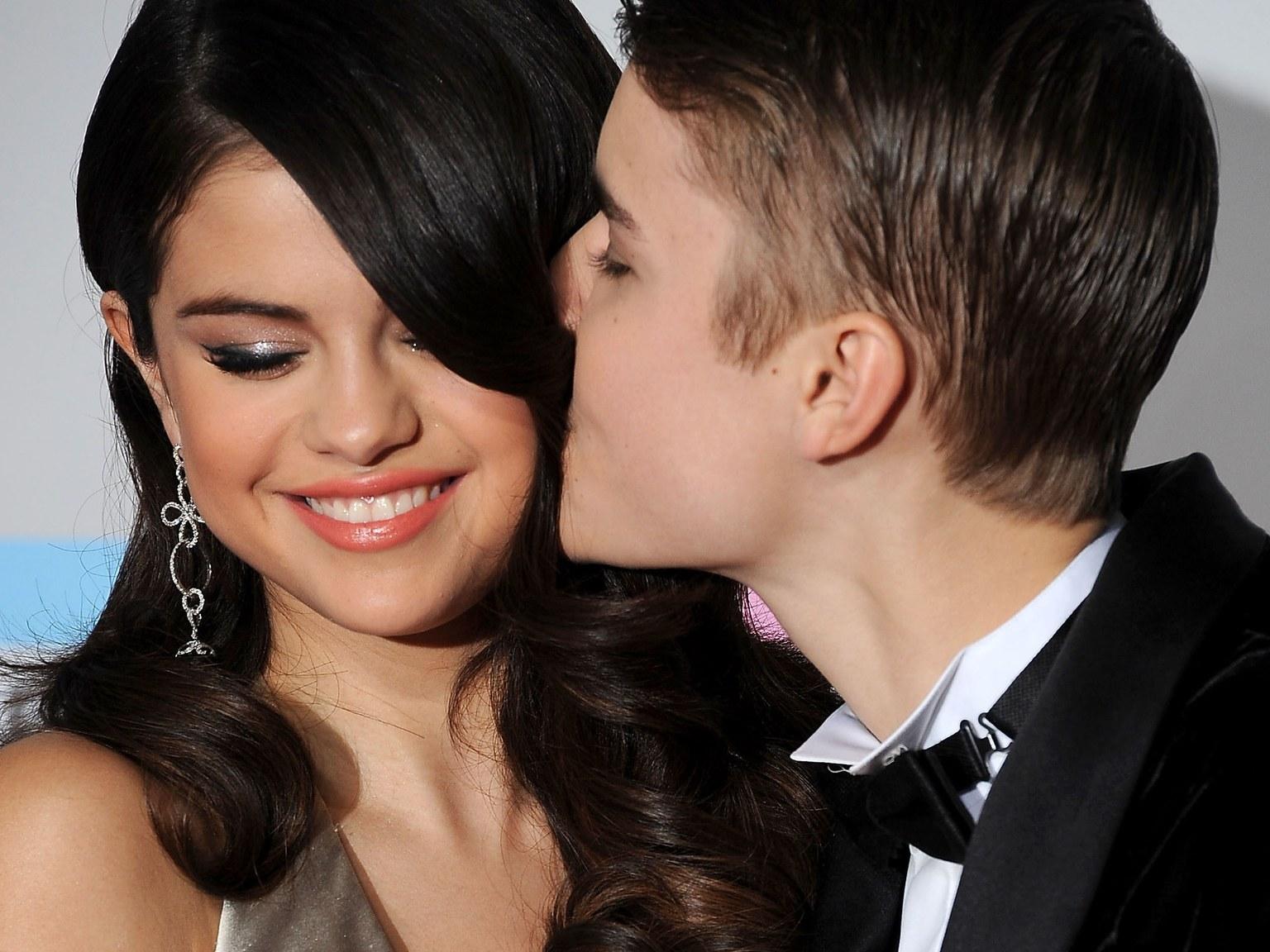 сайте фото селена гомес и джастин бибер целуются розовый фон