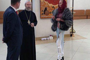 Давно игумену не являлись такие чудеса: Волочкова в рваных джинсах и полушубке сделала поперечный шпагат