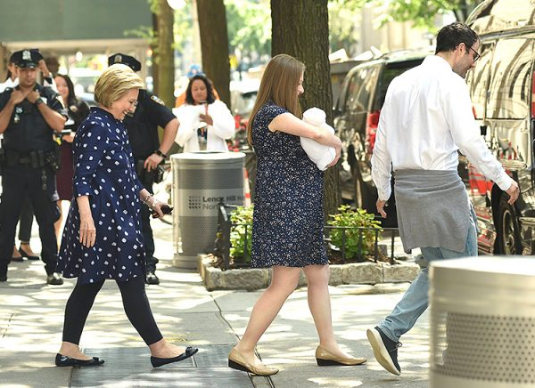 Челси Клинтон выписывают из роддома (фотографии)
