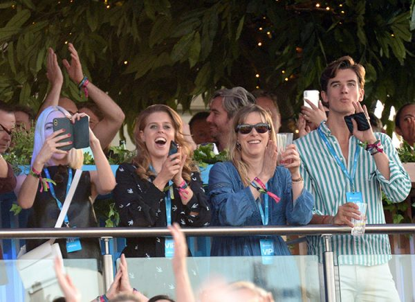 Принцессы Беатрис и Евгения вовсю подпевали Селин Дион на лондонском концерте