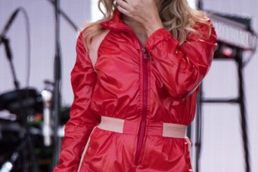 Кайли Миноуг не сдержала слез и воспоминаний на фестивале Glastonbury