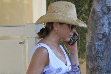 Дженнифер Энистон разговаривает по неразблокированному телефону