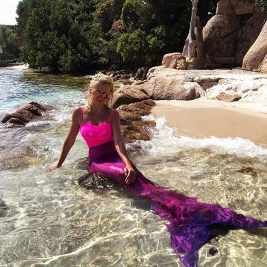 Яна Рудковская с хвостом русалки смущает заморских моряков