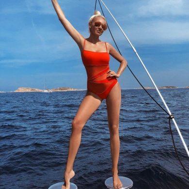 Яна Рудковская в купальнике с кошачьими усиками тушит пожары в Сибири