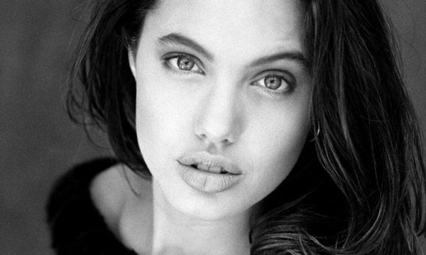 Джоли, у которой две дочки хотят стать мальчиками, решила поделиться секретами настоящей женщины