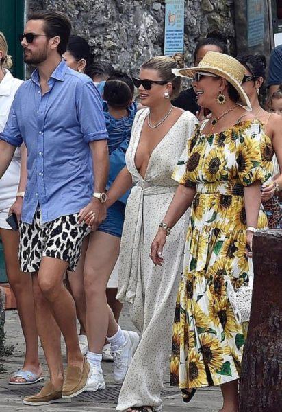 Папарацци засняли пластыри, поддерживающие новую роскошную грудь Софии Риччи