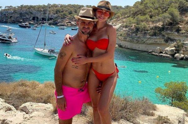 Экс-муж Ани Лорак в Испании хвастается красоткой в красном бикини