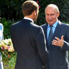 Жене Макрона настолько понравился путинский комплимент, что она попросила погостить у них подольше