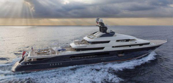 Кайли арендовала яхту беглого банкира