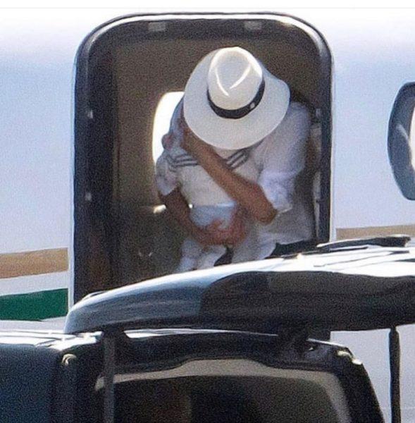 """""""Прекратить!"""": Элтон Джон оплатил полет Сассексов и сделал фонд в углеродный фонд"""
