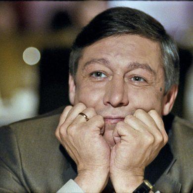 Михаил Ефремов по громкоговорителю просил омоновцев уехать из города