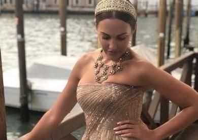 Золотисто-бежевая Мерьем Узерли в Венеции