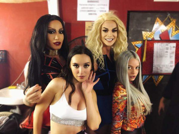 Выступление Серябкиной в гей-клубе разгромили зрители и похвалили в статье