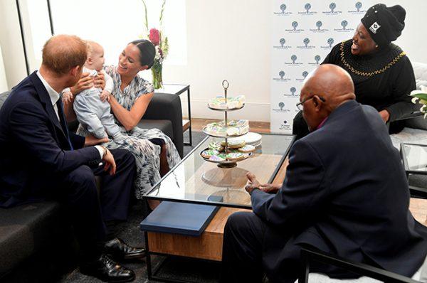 Утром герцоги Сассекские навестили архиепископа Кейптауна (видео)