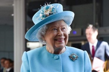 Как королева рассмешила футболиста