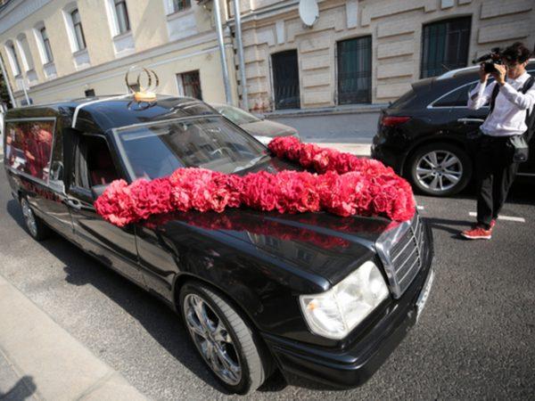 Ксения отличилась: вместо лимузина - катафалк (видео)
