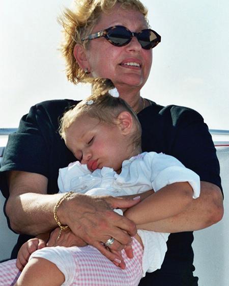 Смешинка напала? Джиджи и Белла весело проводили бабушку на небеса