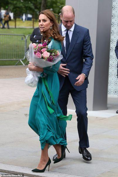 Кейт Мидлтон в платье цвета морской волны встретилась с исмаилитами