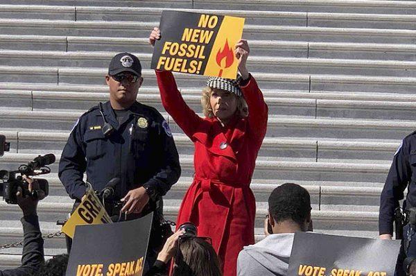 Джейн Фонду арестовали за пикет на лестнице Капитолия