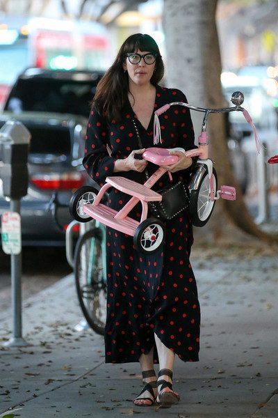 Лив Тайлер покупает игрушки детям в объемном платье, а муж в это время приобнимает Кейт Мосс ниже талии