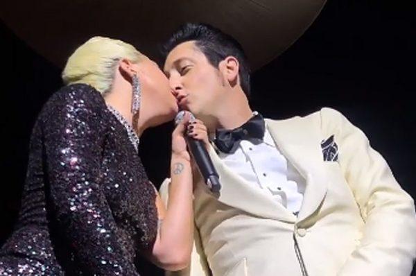 Доцеловалась, допрыгалась - Леди Гага рухнула со сцены в зал верхом на фанате (видео)