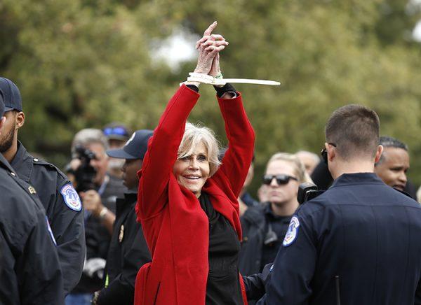 Актриса получила престижную премию в наручниках