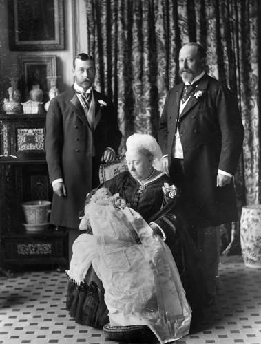 Как стилист Елизаветы II создала крестильную рубашку при помощи чайного пакетика