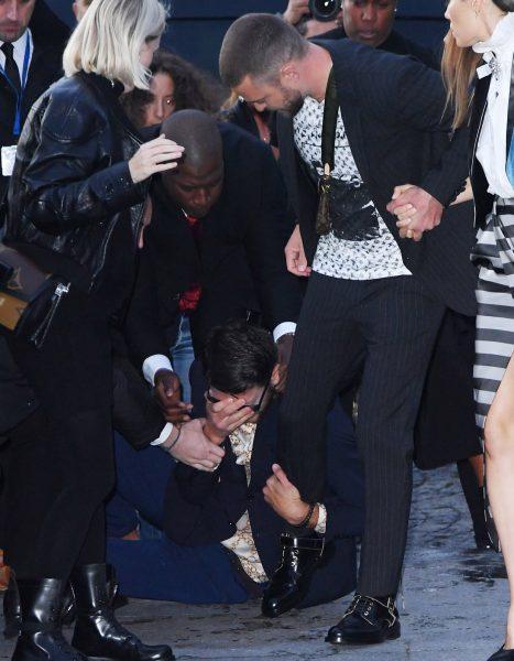 Пранкер вцепился в ногу Тимберлейка (видео)