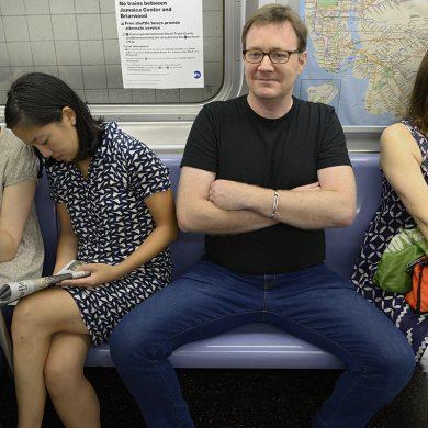 Москвички показали, как будут мстить мужчинам, сидящим в метро с раздвинутыми ногами