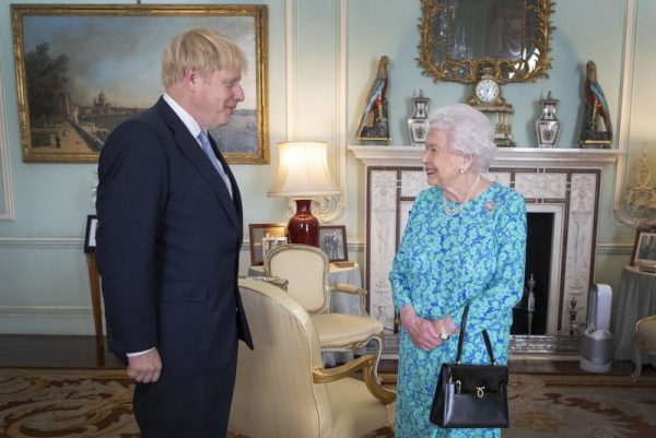 Королева Елизавета убирает фото Гарри с Меган, когда сердится на них