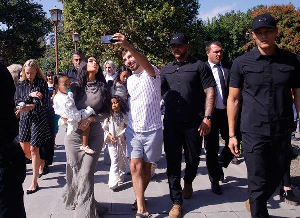 Сестры Кардашьян крестили детей в самом древнем храме Армении (видео)