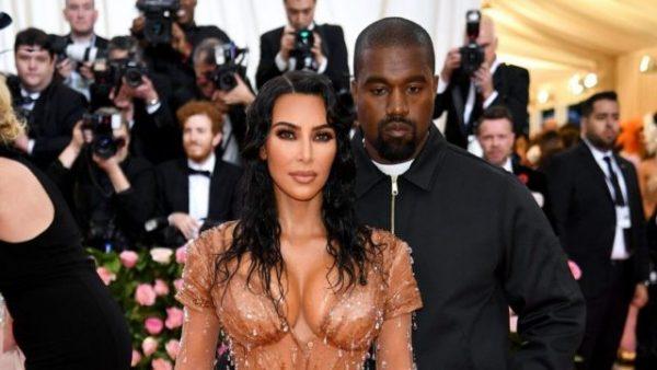 Добился своего: Довольный Канье и Ким в одежде монашки