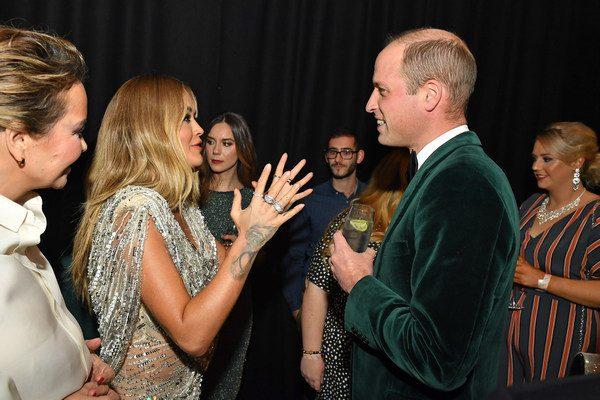 Принц Уильям целуется с певичками в отсутствие Кэтрин