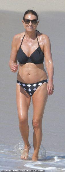 64-летняя мама Кейт Мидлтон поразила фигурой в купальнике