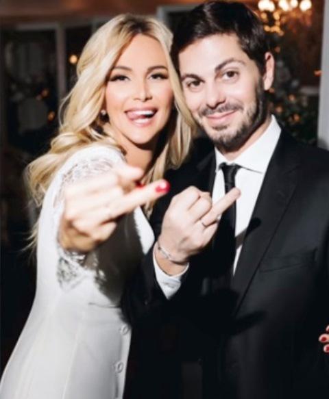 Виктория Лопырева, высунув язык, показала обручальное кольцо