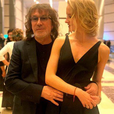 Первый светский выход Кузьмина с женой, а в глазах легкая грусть