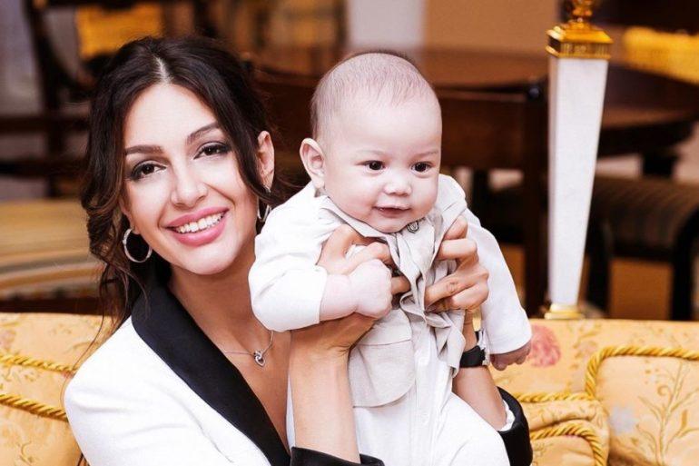 Оксана Воеводина показала, как сын грызет снимки отца