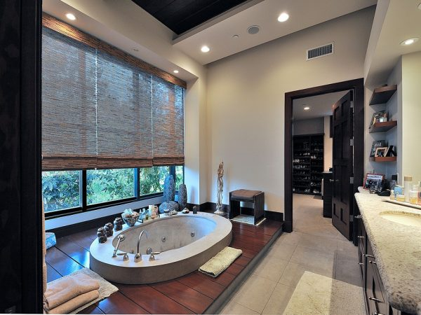 Прекрасное от Ким Кардашьян - Ванная комната с лавандовым лесом восхитила поклонников