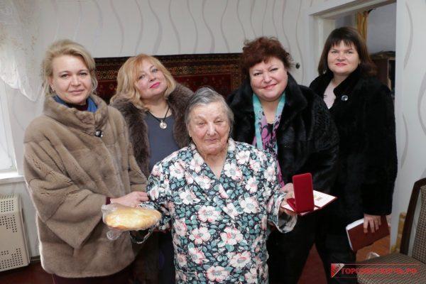 Чиновницы в шубах подарили по буханке хлеба блокадникам