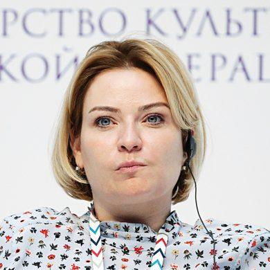 Дресс-код новому министру нипочем - Проводила Мединского в мини-платье (видео)