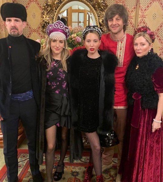 Своевольная невеста - Даша Жукова одела гостей в русскую национальную одежду