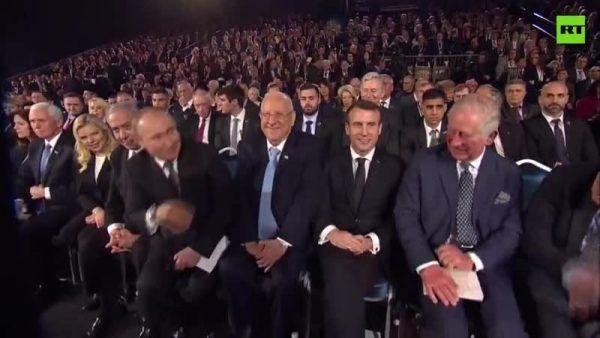 Макрон тактичными жестами показывает рассеянному Путину поздороваться с принцем Чарльзом (видео)