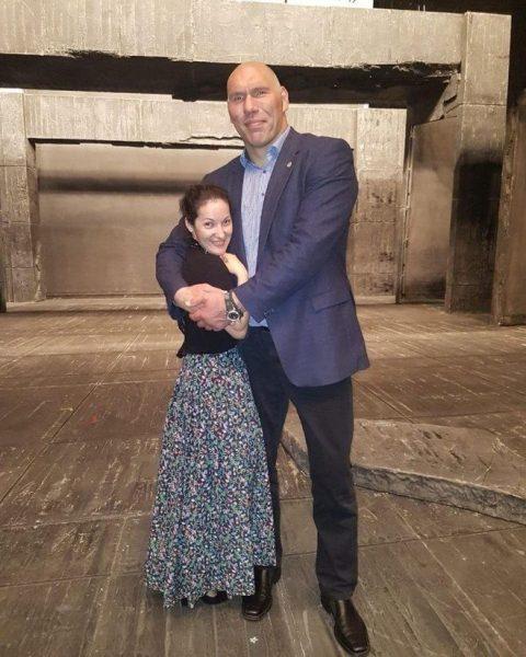 Двухметровый Николай Валуев слушается свою Дюймовочку-жену, которая ниже него на 48 сантиметров