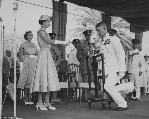 Правительство не позволило королеве Елизавете снять перчатки, вручая награды - Такое происходит впервые за 60 лет