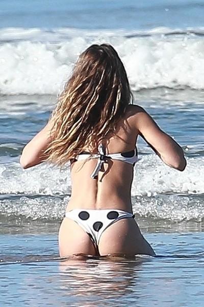 Жизель Бюндхен попалась папарацци на пляже - И какая же у топ-модели попа без фотошопа?