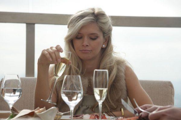 Манера Веры Брежневой пить шампанское спровоцировала приподнятые брови пользователей