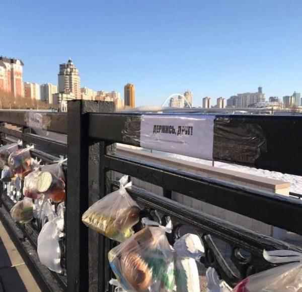 """""""Держись, друг""""- В Нур-Султане развесили пакеты с продуктами для всех, кому они нужны"""