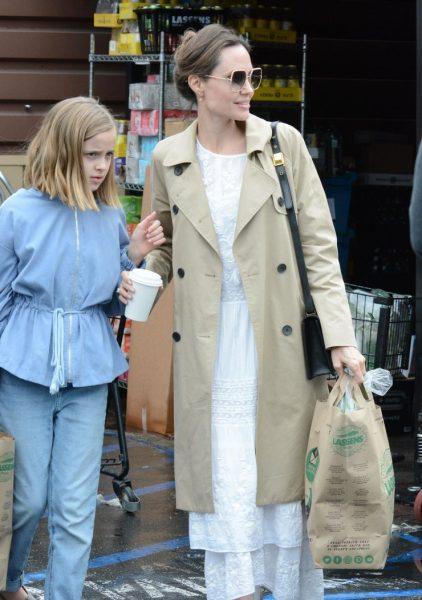 Пандемия ей нипочем - Обворожительная Анджелина Джоли гуляет по городу