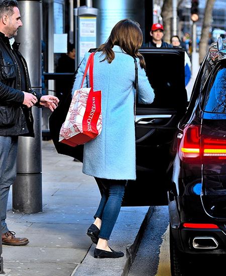 Кейт Мидлтон гуляет одна по Лондону и покупает детям книжки