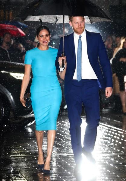 Выход Меган Маркл в Лондоне - Красная помада, каблуки, проливной дождь